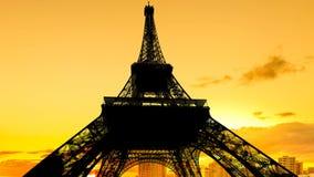 Por do sol quente na torre Eiffel foto de stock