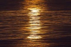 Por do sol refletido em ondas de oceano Fotografia de Stock