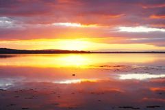 Por do sol refletido na água 1 Imagens de Stock Royalty Free