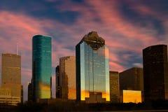 Por do sol refletindo da skyline da cidade fotografia de stock royalty free