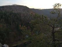 Por do sol, rochas e árvores fotografia de stock