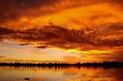 Por do sol rochoso do lago Imagem de Stock