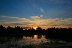 Por do sol rochoso do lago Foto de Stock