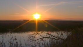 Por do sol rochoso do lago filme