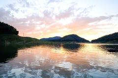 Por do sol rochoso do lago fotografia de stock royalty free