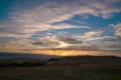 Por do sol romântico, brilhante e colorido sobre uma cordilheira em Transilvania Fotos de Stock Royalty Free
