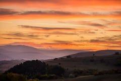 Por do sol romântico, brilhante e colorido sobre uma cordilheira em Transilvania Fotografia de Stock Royalty Free
