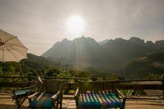 Por do sol romântico da paisagem bonita na montanha fotos de stock royalty free