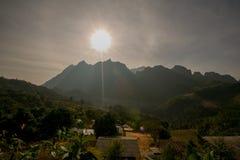 Por do sol romântico na montanha fotografia de stock