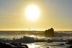 Por do sol romântico na praia foto de stock