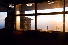 Por do sol romântico visto através da construção brincada da torre, Liberec, República Checa imagens de stock royalty free