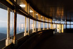 Por do sol romântico visto através da construção brincada da torre, Liberec, República Checa foto de stock