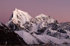 Por do sol rosado na inclinação de Nuptse Imagens de Stock Royalty Free