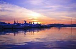 Por do sol roxo atrás dos barcos fotos de stock royalty free