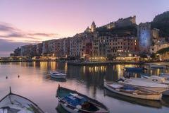 Por do sol roxo colorido sobre Portovenere, Itália fotografia de stock royalty free