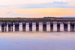 Por do sol roxo na junção do rio Blyth e do rio de Dunwich em Southwold, Reino Unido imagens de stock