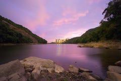 Por do sol roxo refletido em Pok Fu Lam Foto de Stock Royalty Free