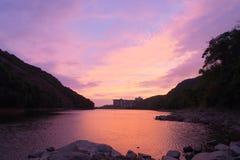Por do sol roxo refletido em Pok Fu Lam Fotografia de Stock