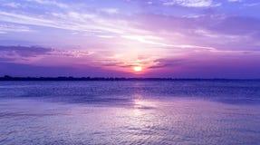 Por do sol roxo surpreendente do céu sobre o mar crepúsculo no mar de adriático Fotografia de Stock