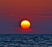 por do sol roxo vermelho na água Fotografia de Stock
