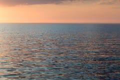 Por do sol do Seascape Ondinhas azuis e cor-de-rosa da água Mar Cáspio Imagens de Stock Royalty Free