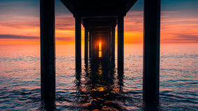 Por do sol sob Brighton Jetty imagem de stock royalty free