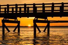 Por do sol sob o passeio à beira mar fotografia de stock royalty free