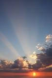 Por do sol sobre a água. Fotografia de Stock