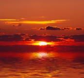 Por do sol sobre a água Imagens de Stock Royalty Free