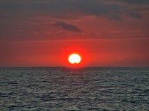 Por do sol sobre a água Fotografia de Stock Royalty Free