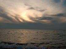 Por do sol sobre a água fotografia de stock