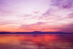 Por do sol sobre a água do oceano Imagens de Stock
