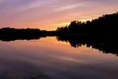 Por do sol sobre a área da conservação do lago island imagem de stock