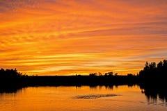 Por do sol sobre a área da conservação do lago island em Orangeville fotografia de stock royalty free
