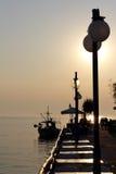 Por do sol sobre a aldeia piscatória em greece Fotos de Stock Royalty Free