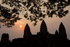 Por do sol sobre Angkor Wat Fotos de Stock