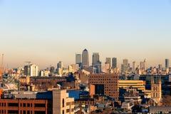 Por do sol sobre a arquitetura da cidade financeira do distrito de Londres imagens de stock royalty free