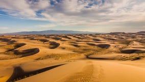 Por do sol sobre as dunas de areia no deserto