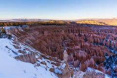 Por do sol sobre as inclinações da garganta cobertas na neve, Bryce Canyon National Imagens de Stock