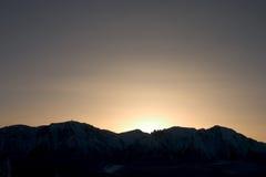 Por do sol sobre as montanhas imagem de stock