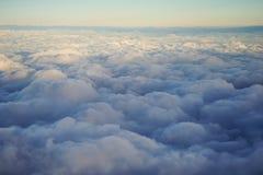 Por do sol sobre as nuvens Foto de Stock