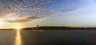Por do sol sobre a baía de Swansea imagens de stock royalty free