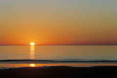 Por do sol sobre a baía do casaco de lã em Gales Fotos de Stock Royalty Free