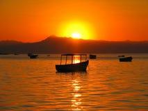 Por do sol sobre barcos no lago Malawi fotografia de stock