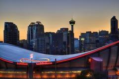 Por do sol sobre Calgary do centro e Saddledome Fotos de Stock Royalty Free