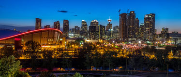 Por do sol sobre Calgary do centro e Saddledome Fotografia de Stock Royalty Free