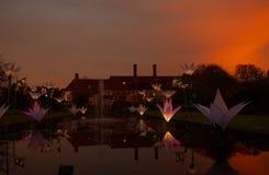 Por do sol sobre a característica e as luzes da água em Wisley, Surrey Imagens de Stock