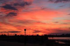 Por do sol sobre a cidade Foto de Stock Royalty Free