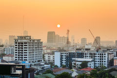 Por do sol sobre a cidade Foto de Stock