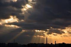 Por do sol sobre a cidade Imagens de Stock